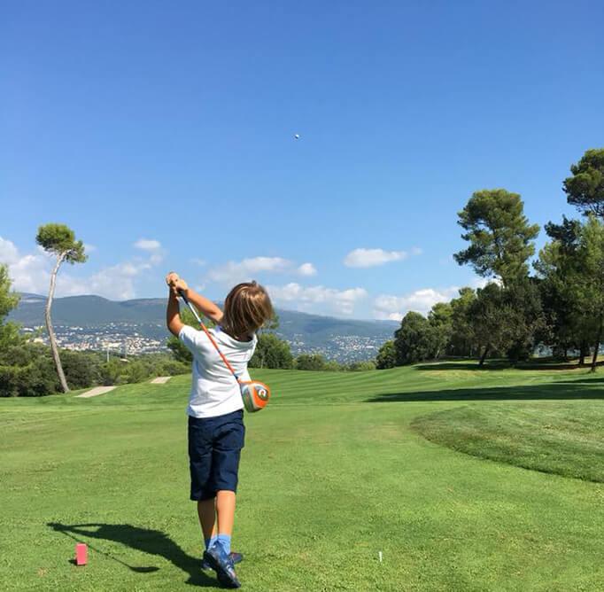 Cours de golf pour les juniors sur le terrain