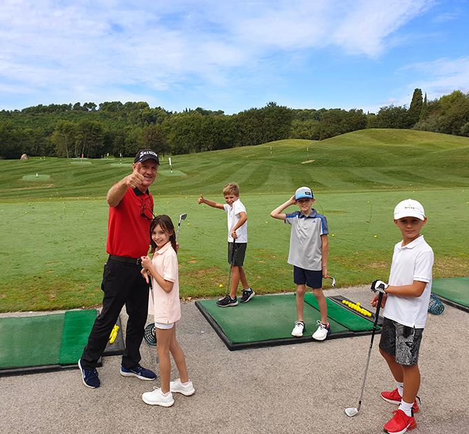 Leçon sur le parcours de golf pendant les vacances