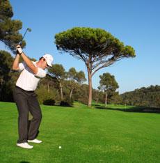 swing de golf sur le parcours